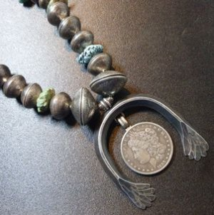 画像1: タオスプエブロ アンティーク仕上げ 本物アメリカコイン各種&キングマナッサターコイズ付 ナジャネックレス約60cm
