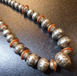 画像1: ナバホ 90年代?オールドポーン シルバービーズ コーラルインレイ入り ネックレス約47cm